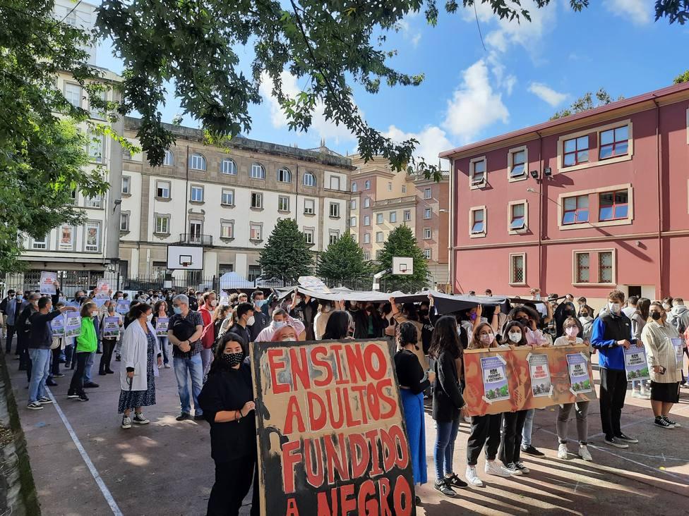 Los alumnos protestaron con un performance en el mediodía de este lunes - FOTO: Cedida