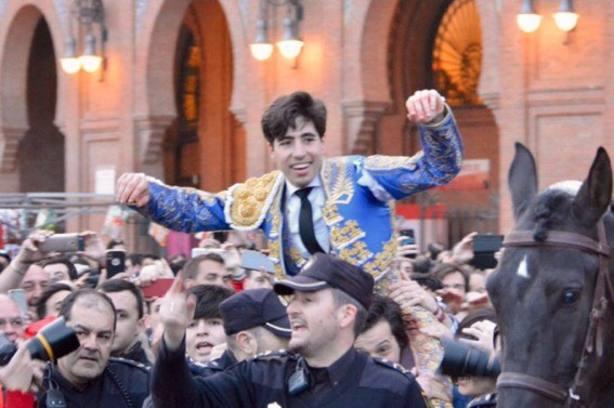Álvaro Lorenzo en su salida a hombros este año en Las Ventas