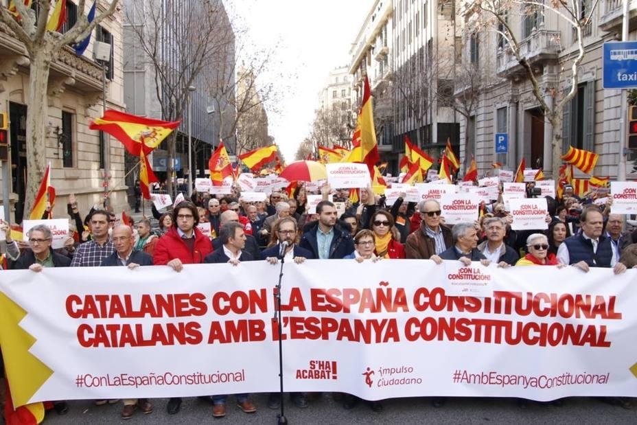 Unas 300 personas se concentran en Barcelona por la España constitucional
