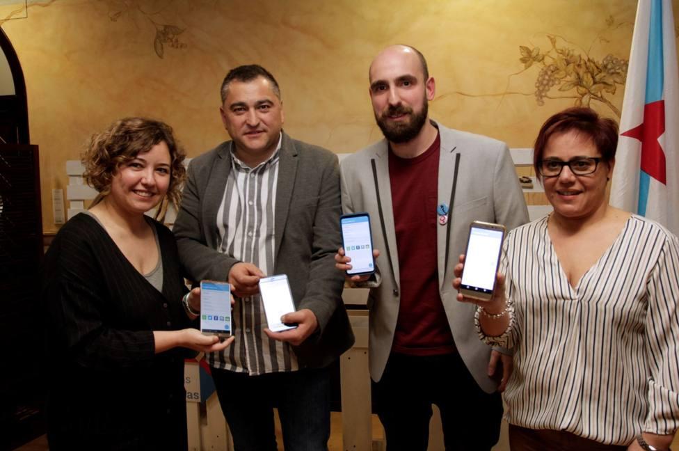 Integrante de las candidatura del BNG de Cabanas mostrando sus teléfonos móviles - FOTO: BNG Cabanas