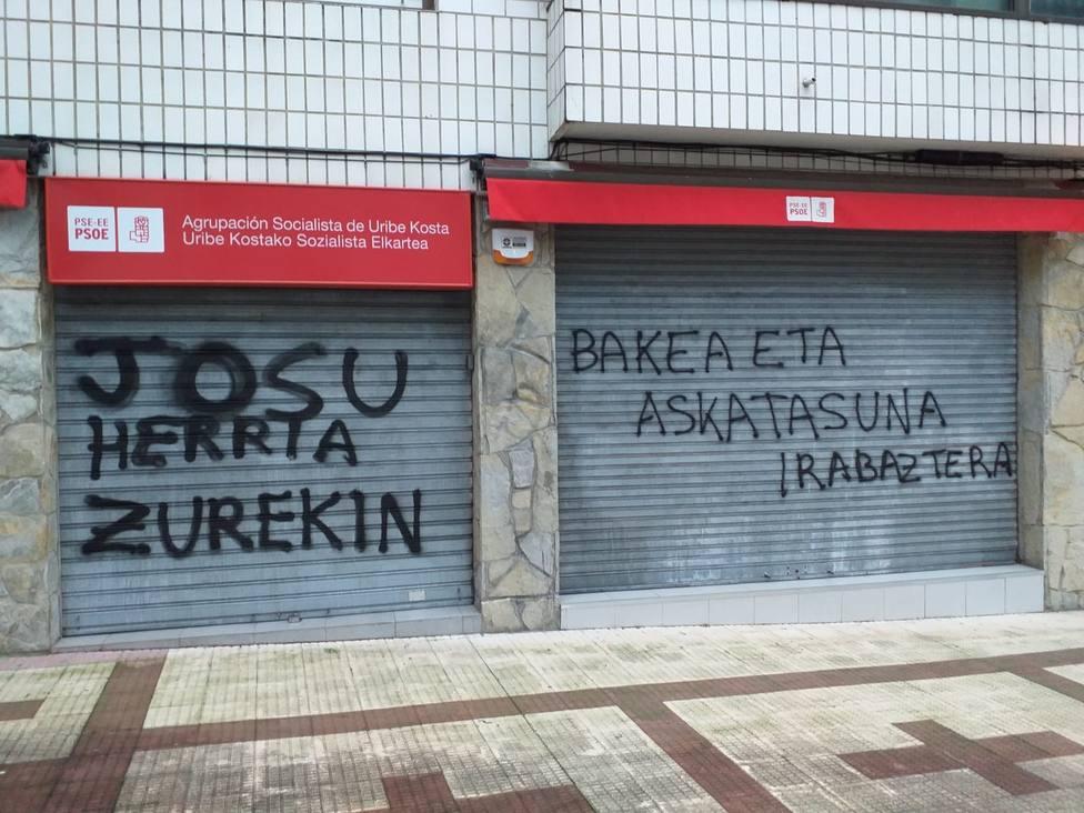 Realizan pintadas en apoyo a Josu Ternera en la Casa del Pueblo de Sopela (Vizcaya)