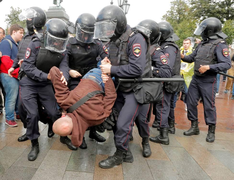 Detienen a casi 700 personas en Moscú que se manifestaban por unas elecciones justas
