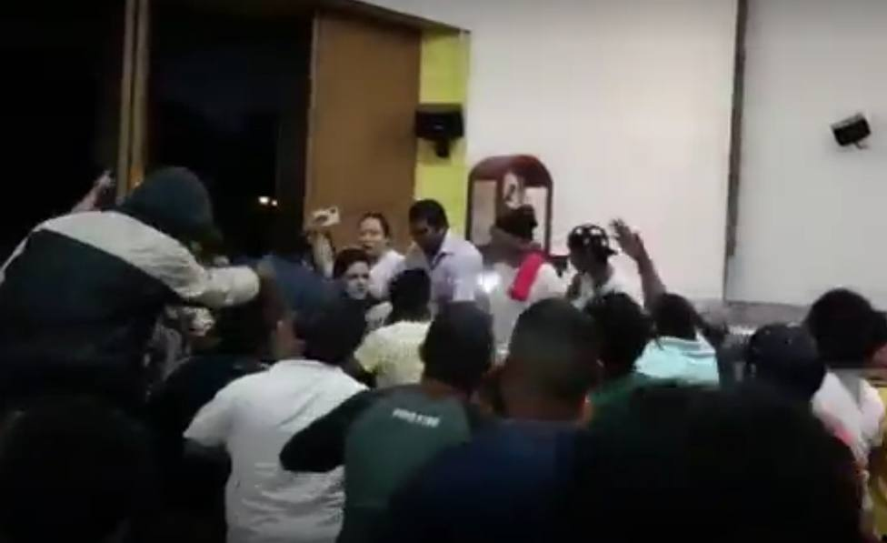 Simpatizantes de Ortega golpean a un sacerdote y a una monja en la catedral de Managua