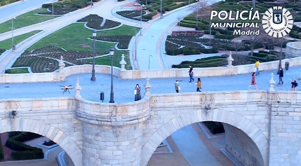 Drones de Policía Municipal siguen avisando en grandes parques de Madrid la necesidad de quedarse en casa