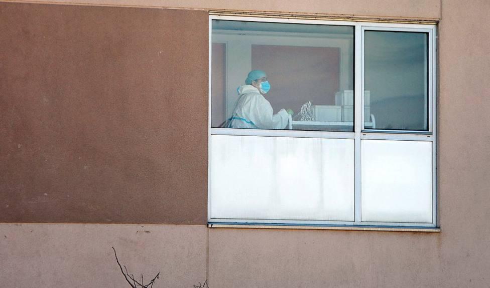 Foto de archivo de un trabajador en una residencia de mayores - FOTO: Europa Press