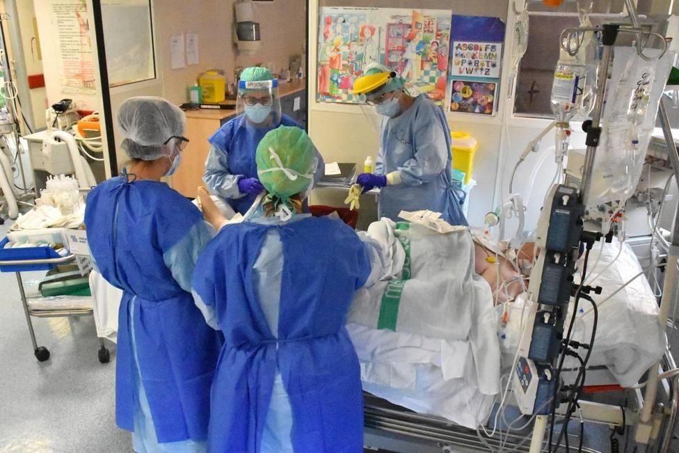 Personal sanitario con paciente COVID