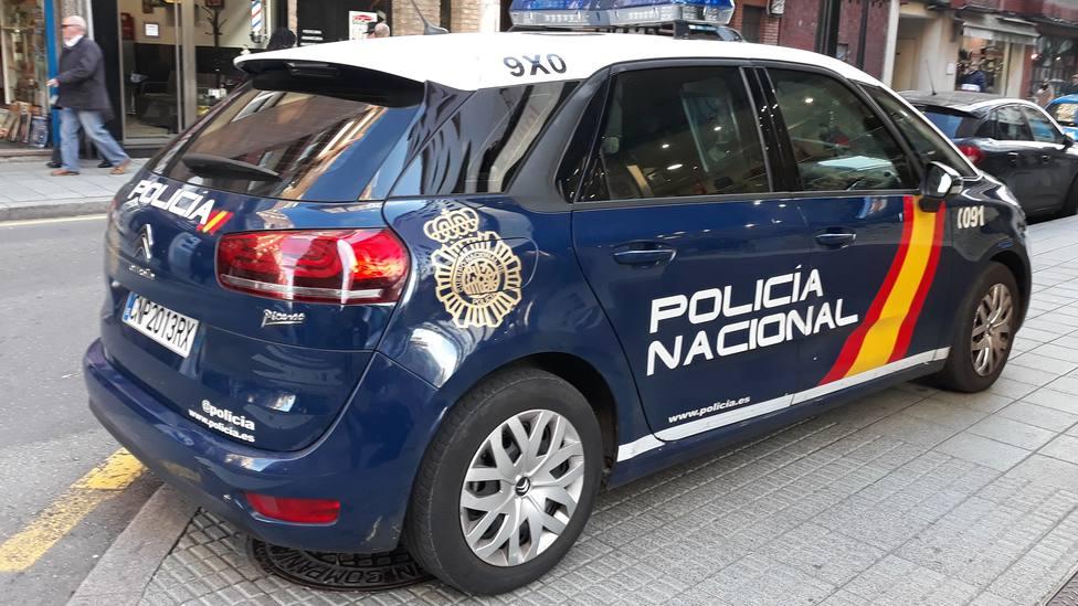 Foto de un coche de la Policía Nacional en una calle de Gijón
