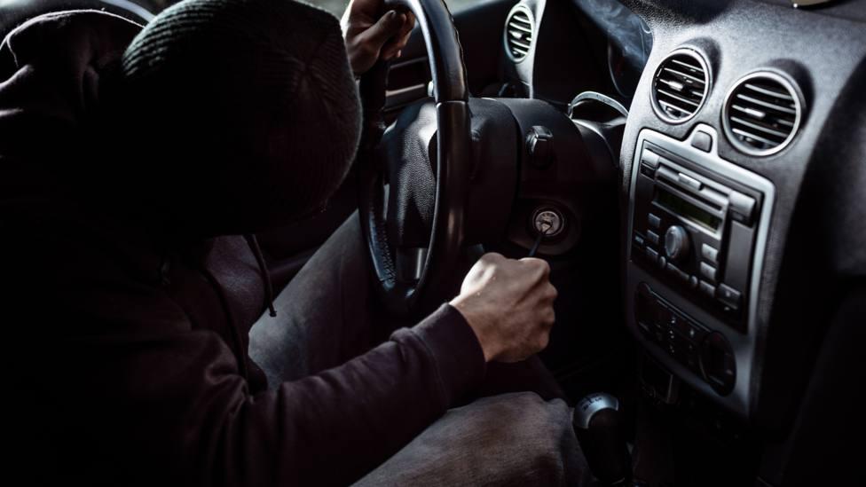 Recreación de un ladrón en el habitáculo de un vehículo