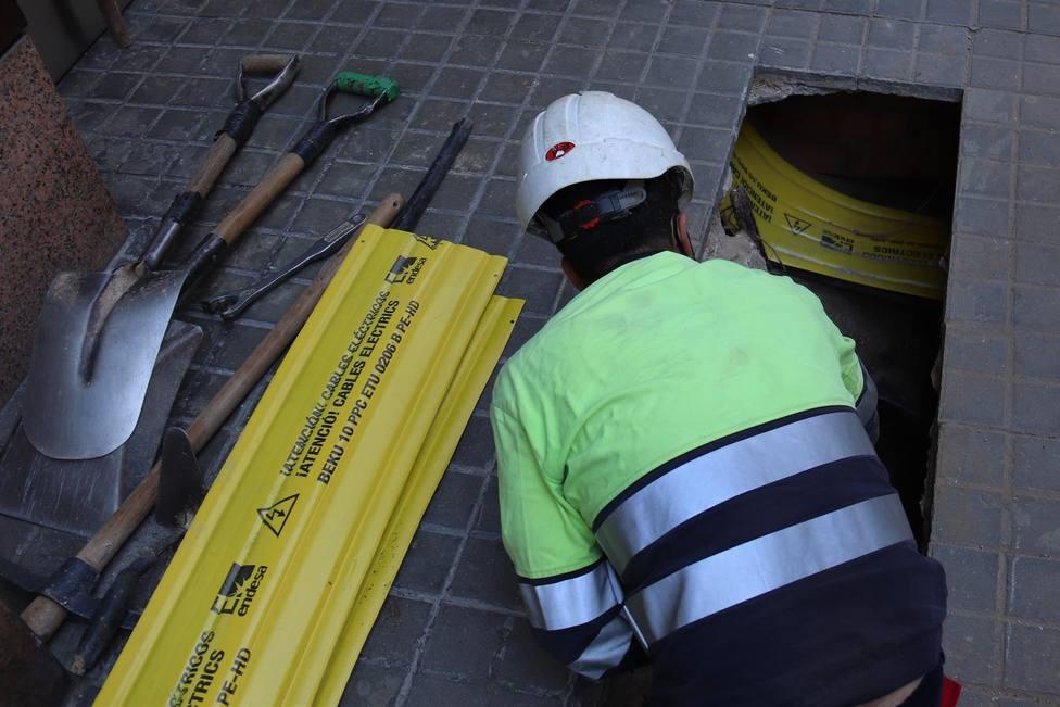 Un obrero trabajando en un suministro eléctrico en Barcelona - ENDESA