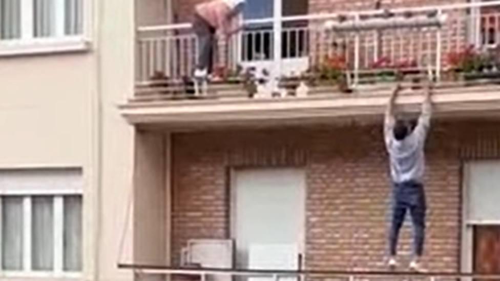 Un joven evita la tragedia en Calahorra trepando para salvar a una mujer a punto de caer del balcón