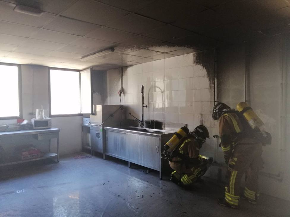 Sucesos.- Bomberos sofocan un incendio declarado en la cocina de un centro educativo de Lorca