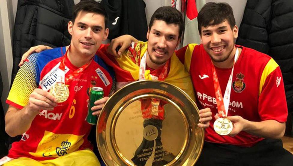 Los hermanos Álex y Dani Dujshebaev, junto a Ángel Fernández