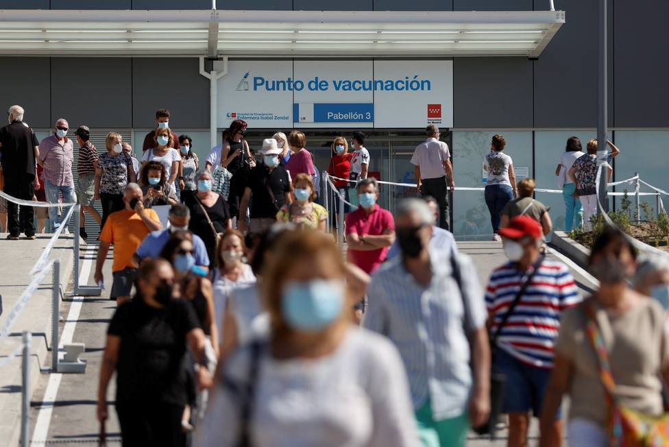Bajan ligeramente los contagios en Madrid a 958, aunque aumenta la presión hospitalaria