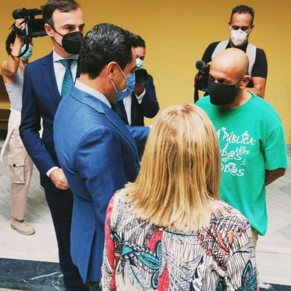 Éste es el concejal que desafía al presidente de la Junta con una camiseta verde