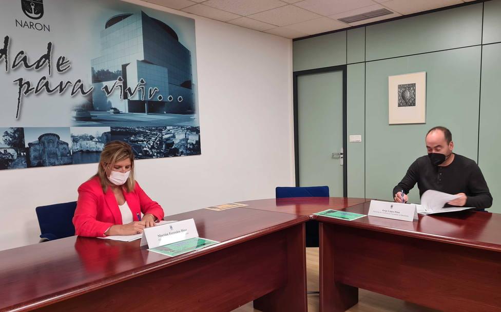 Marián Ferreiro y Jorge López, firmando el acuerdo. FOTO: concello de Narón