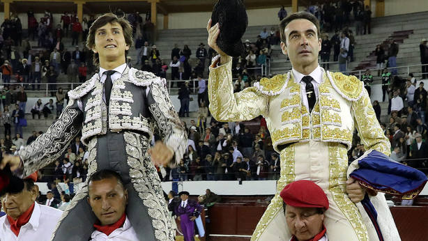 Andrés Roca Rey y Enrique Ponce saliendo a hombros en una imagen de archivo