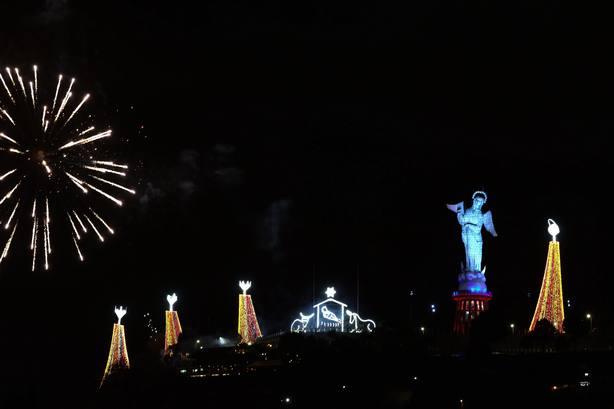 Un pesebre gigante ilumina la capital ecuatoriana en lo alto del Panecillo