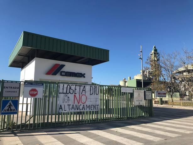 Trabajadores de Cemex se concentran ante la Embajada de México por el cierre de dos plantas en España