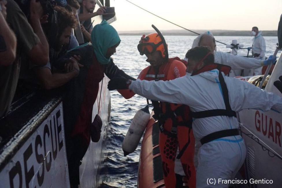El Open Arms evacúa de urgencia a Italia a 9 inmigrantes por motivos psicológicos