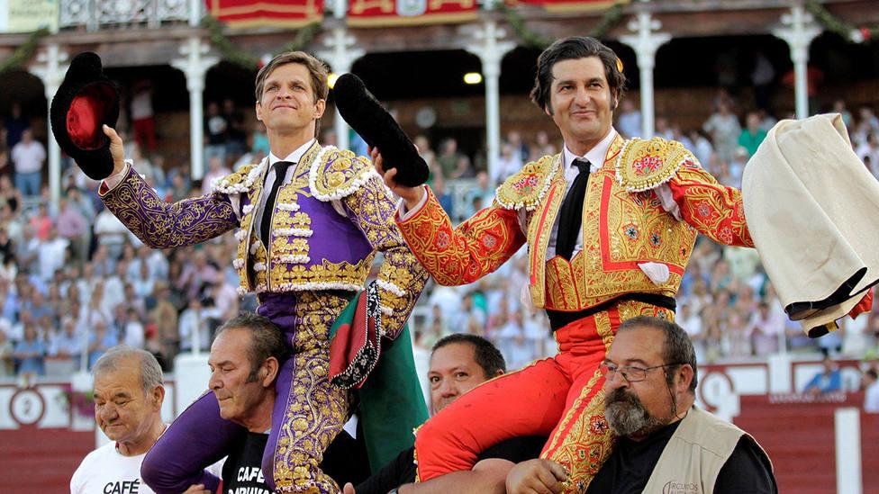 El Juli y Morante de la Puebla en su salida a hombros este sábado en Gijón
