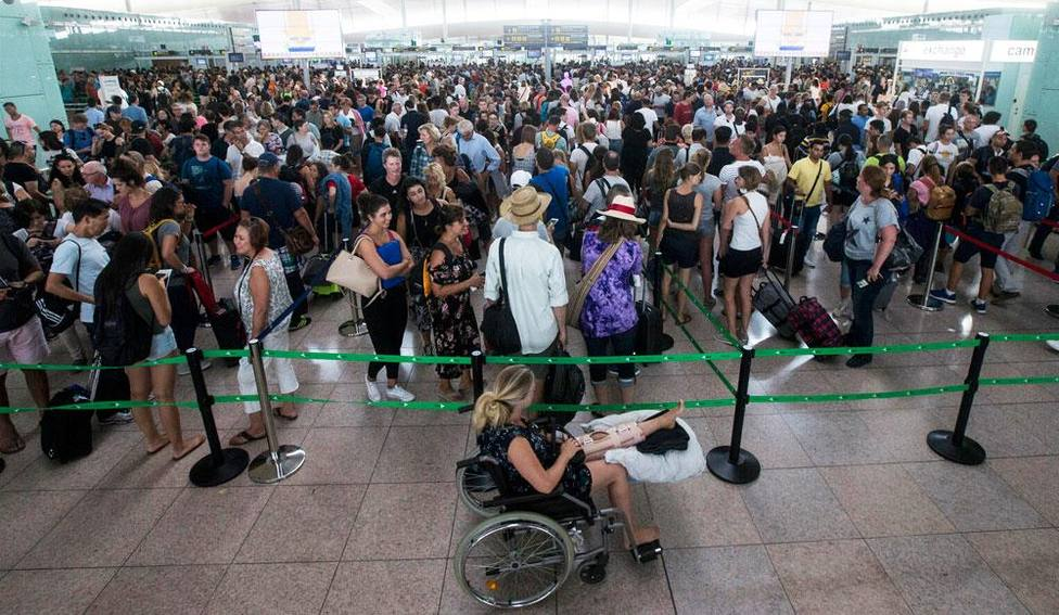 La huelga de tripulantes de Ryanair e Iberia hace prever una convulsa operación retorno a finales de este mes