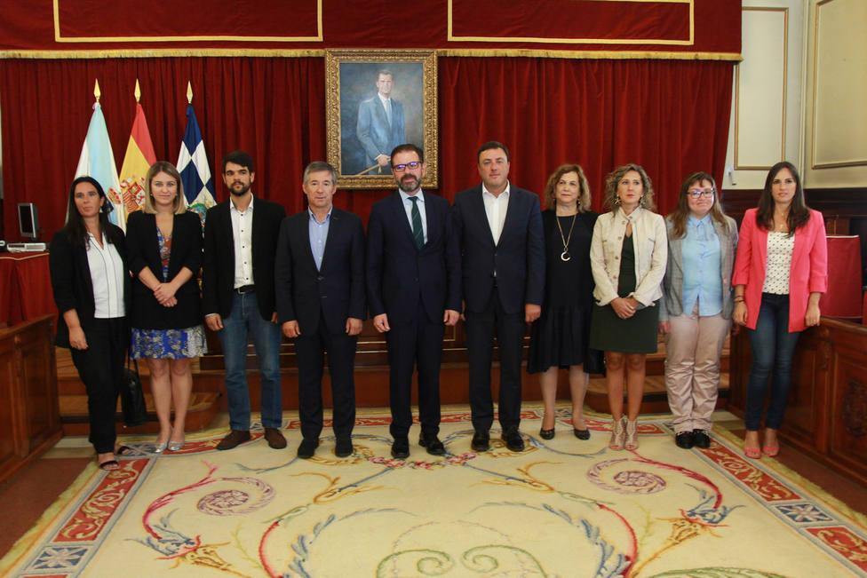 Presidente de la Diptuación, alcalde y concejales en el salón de plenos del Ayuntamiento - FOTO: Diputación