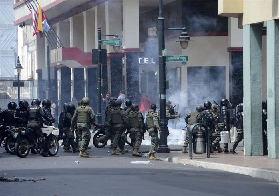 Se eleva la tensión en Ecuador con enfrentamientos entre el Ejercito y la Policía