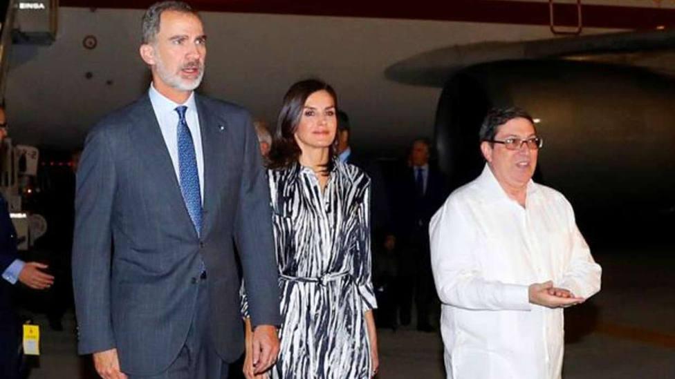 Los Reyes, recibidos en La Habana por el ministro de Exteriores cubano, Bruno Rodríguez