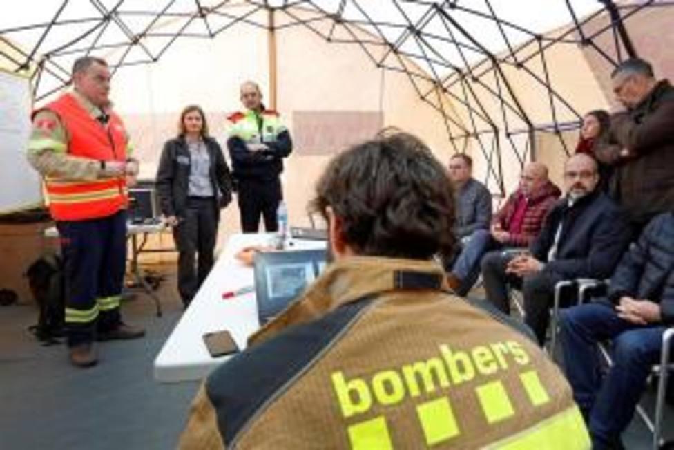 El conseller Miquel Buch (d) y Albert Ventosa, responsable del dispositivo de bomberos atienden a los medios