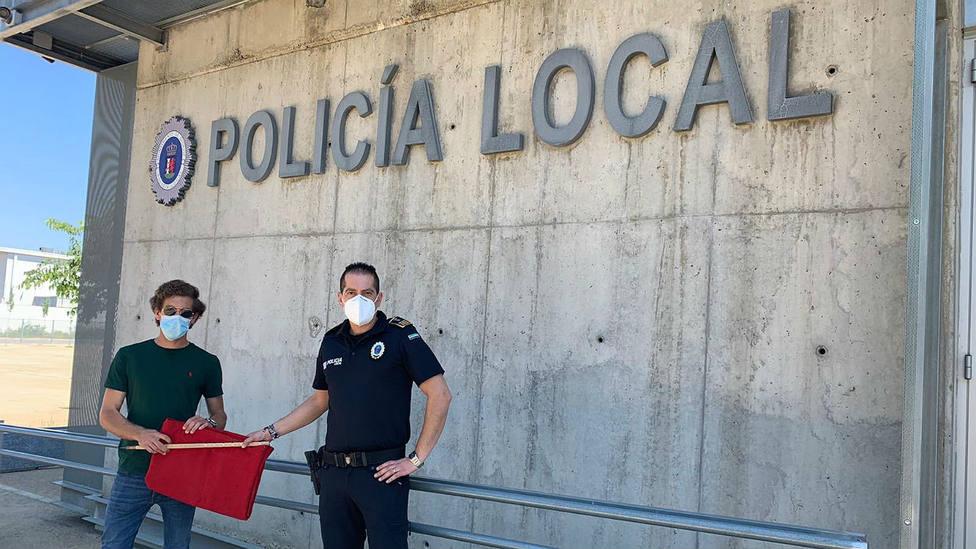 Ginés Marín donando la muleta que sorteará la Policía Local de Badajoz