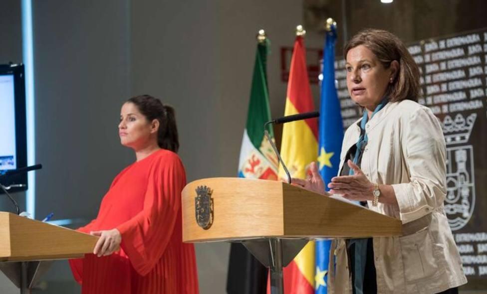 La vicepresidenta de la Junta de Extremadura, Pilar Blanco Morales y la portavoz Isabel Gil Rosiña