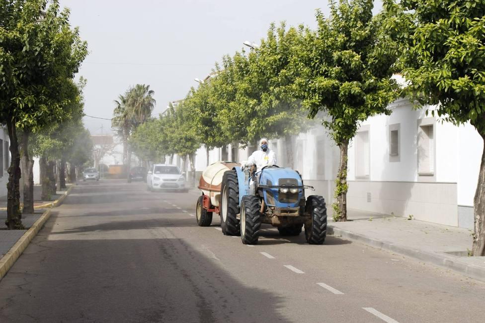 agricultores desinfectando