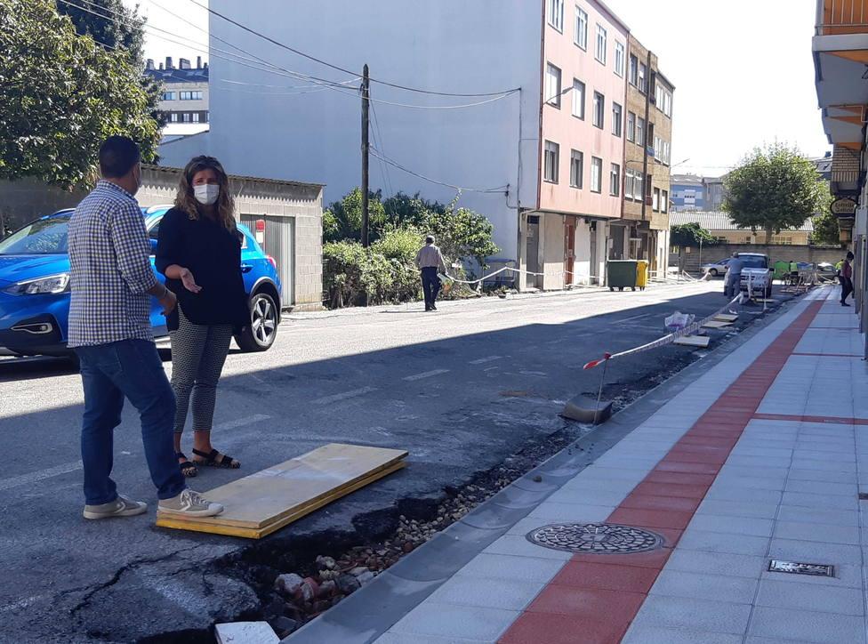 Marian Ferreiro vistitando las obras que se están realizando en A Gándara - FOTO: Concello de Narón