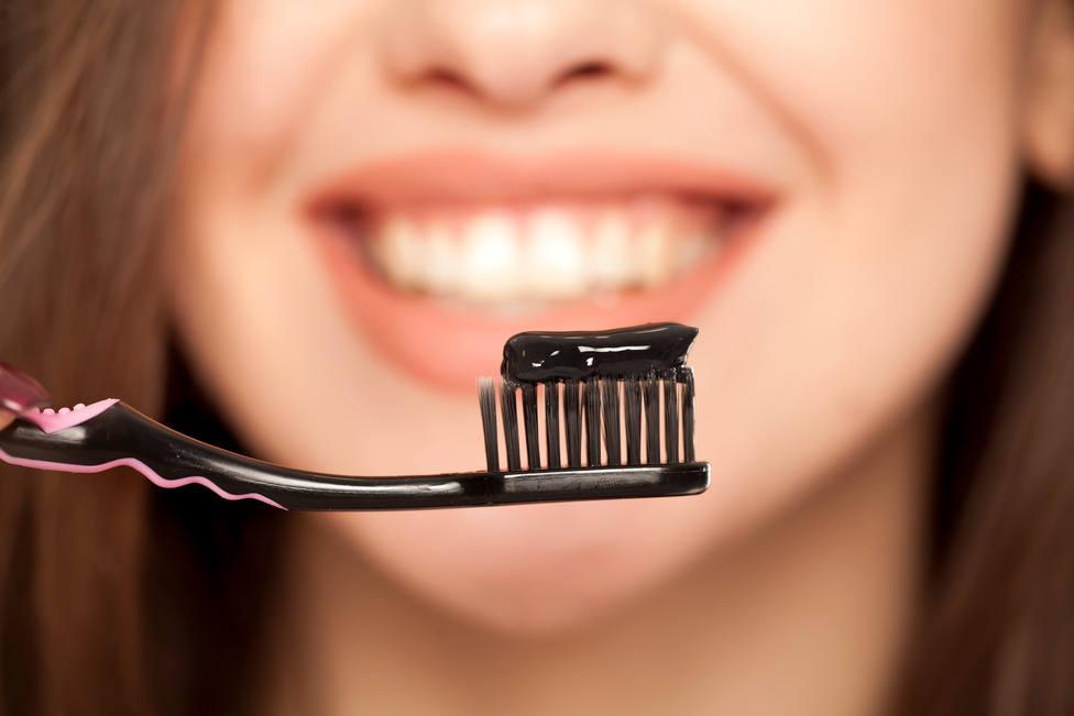 Pasta de dientes de carbón, vegana o en pastillas, ¿son efectivas o perjudican a tus dientes?