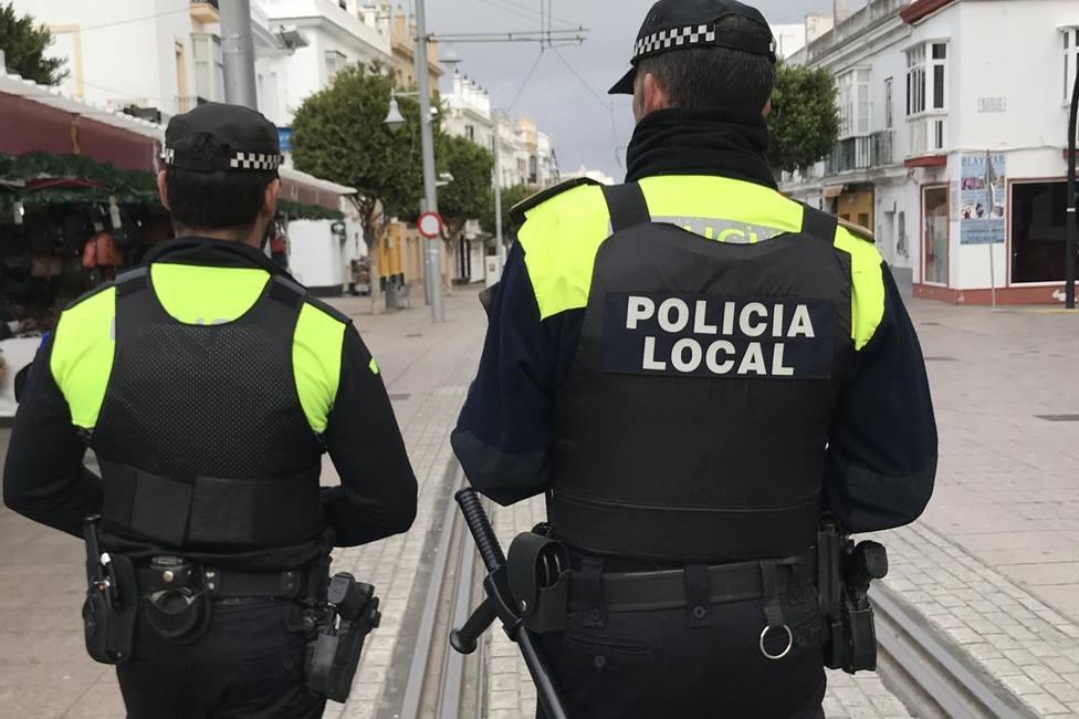 Dos policías piden a un joven que se ponga la mascarilla y acaban agredidos por él, su hermano y su padre