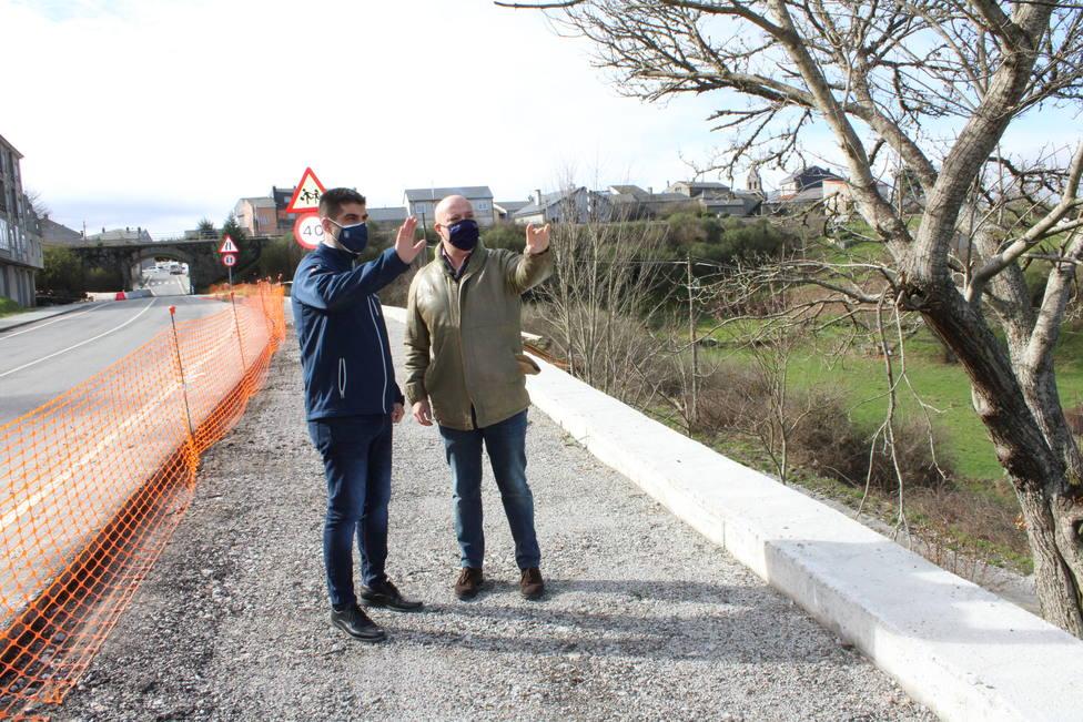 El delegado de la Xunta y el alcalde de A Gudiña en la nueva senda peatonal de acceso a la estación del AVE