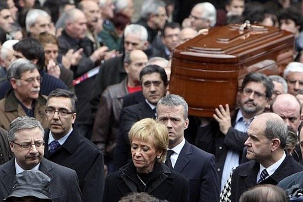 El tenso momento en la capilla ardiente de Isaías Carrasco: la discusión entre Mariano Rajoy y Patxi López
