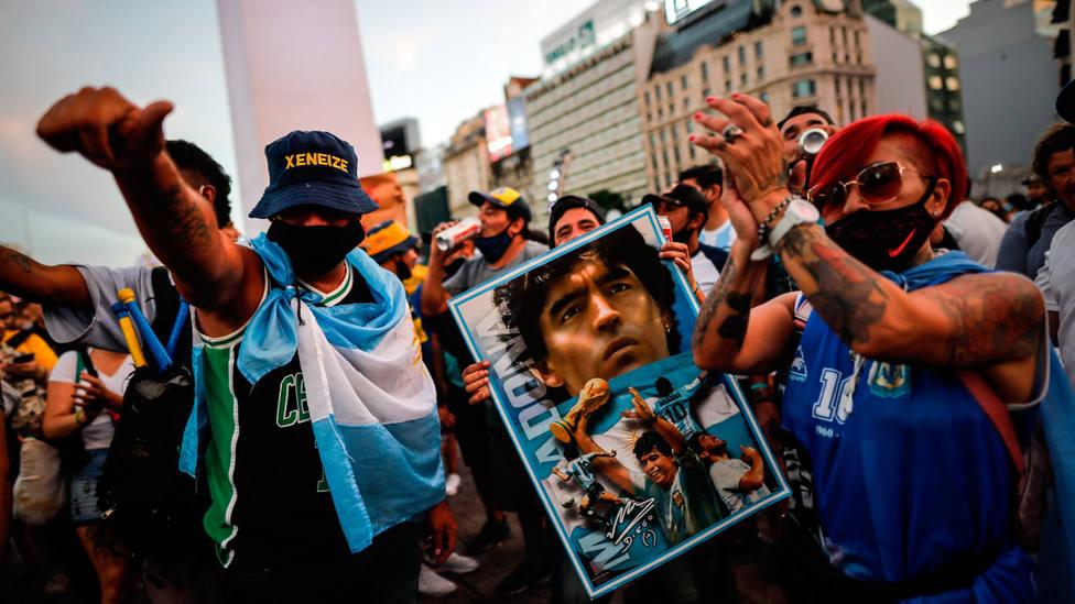 Asistentes a la marcha por Maradona en el Obelisco, en Argentina. EFE