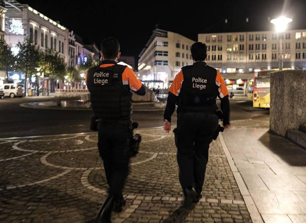 Policías de la ciudad de Lieja patrullando por las calles vacías