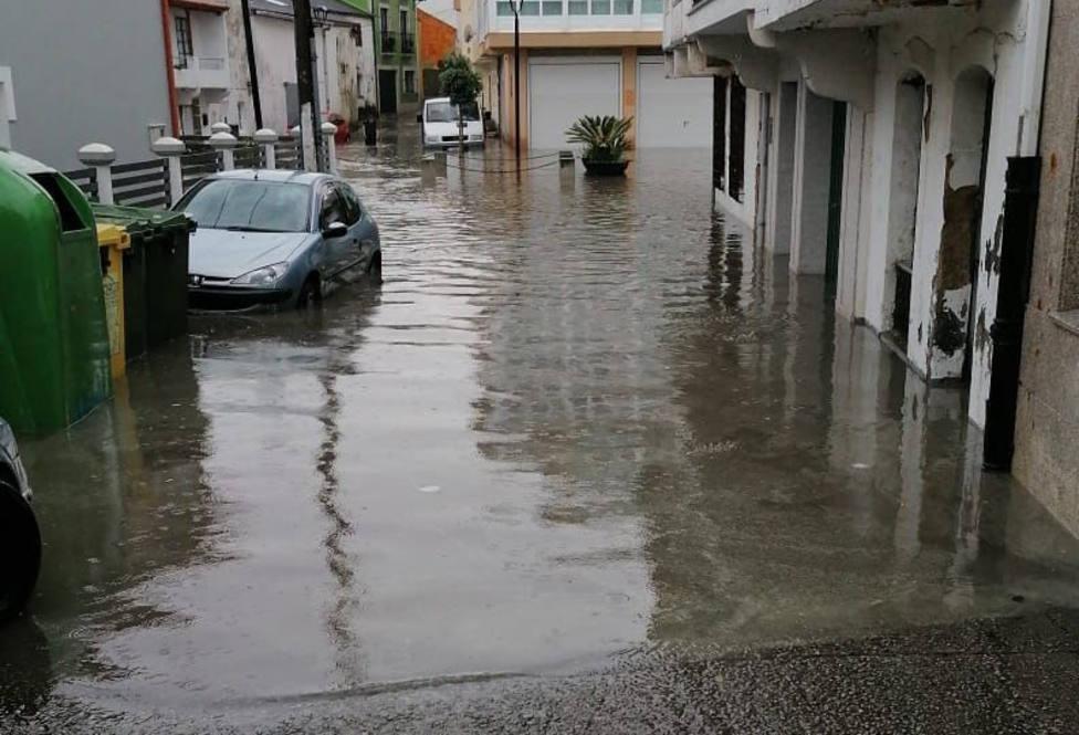 Una de las calles de Ares inundada - FOTO: Meteo Ferrolterra