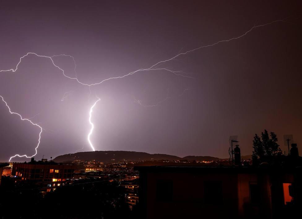 Un rayo cae este lunes sobre los tejados de San Sebastián durante el 31 de mayo