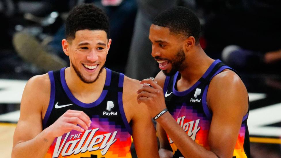 Devin Booker y Mikal Bridges celebran el segundo triunfo de Phoenix Suns ante Denver Nuggets. CORDONPRESS