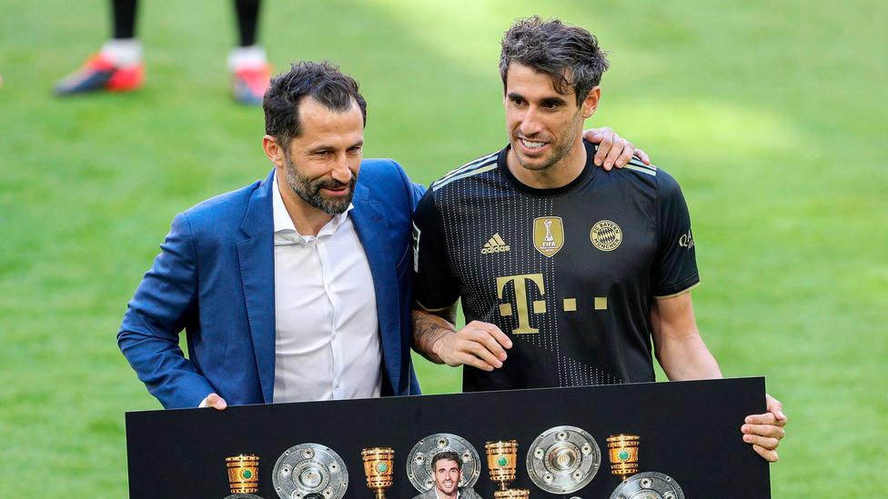 Javi Martínez, en su despedida del Bayern Munich junto a su director deportivo. CORDONPRESS
