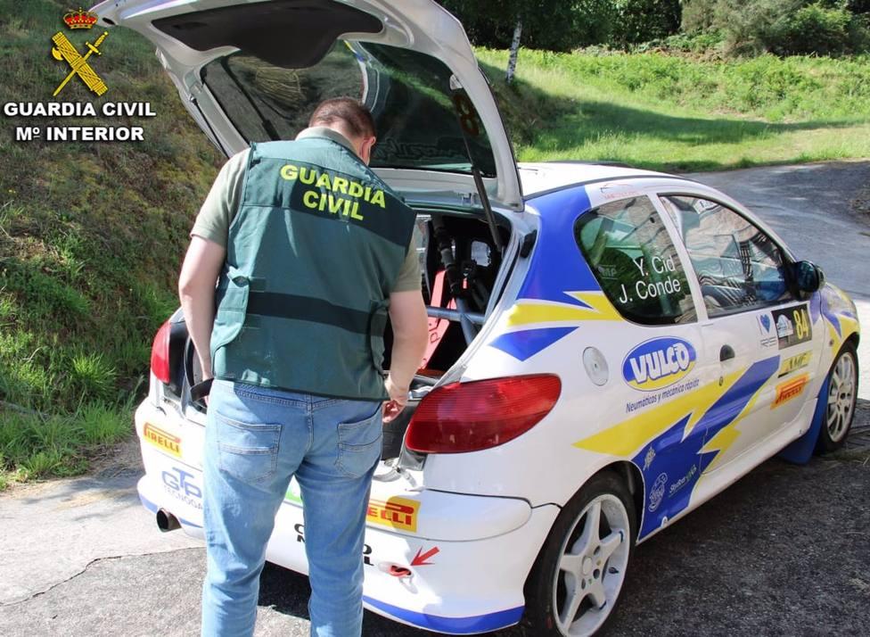 Un agente revisa el vehículo