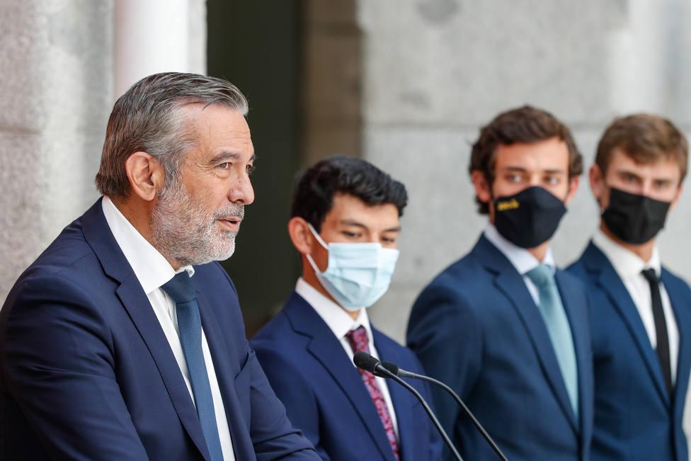 El consejero Enrique López junto a los novilleros finalistas del Circuito de la Comunidad de Madrid