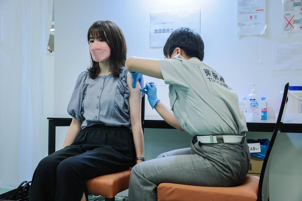 Japón aclara que los dos vacunados que fallecieron no recibieron el lote contaminado de Moderna