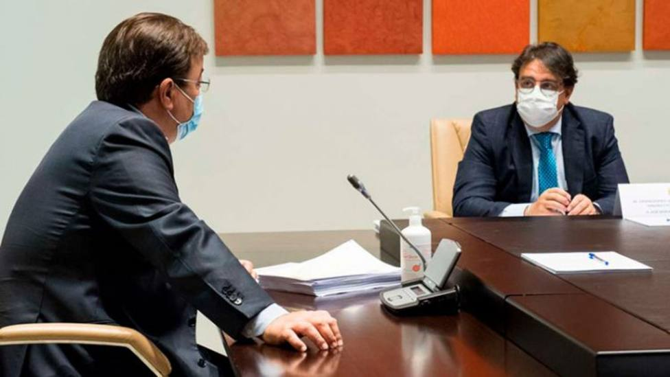 Guillermo Fernández Vara, presidente de Extremadura y José María Vergeles, consejero de Sanidad (archivo)