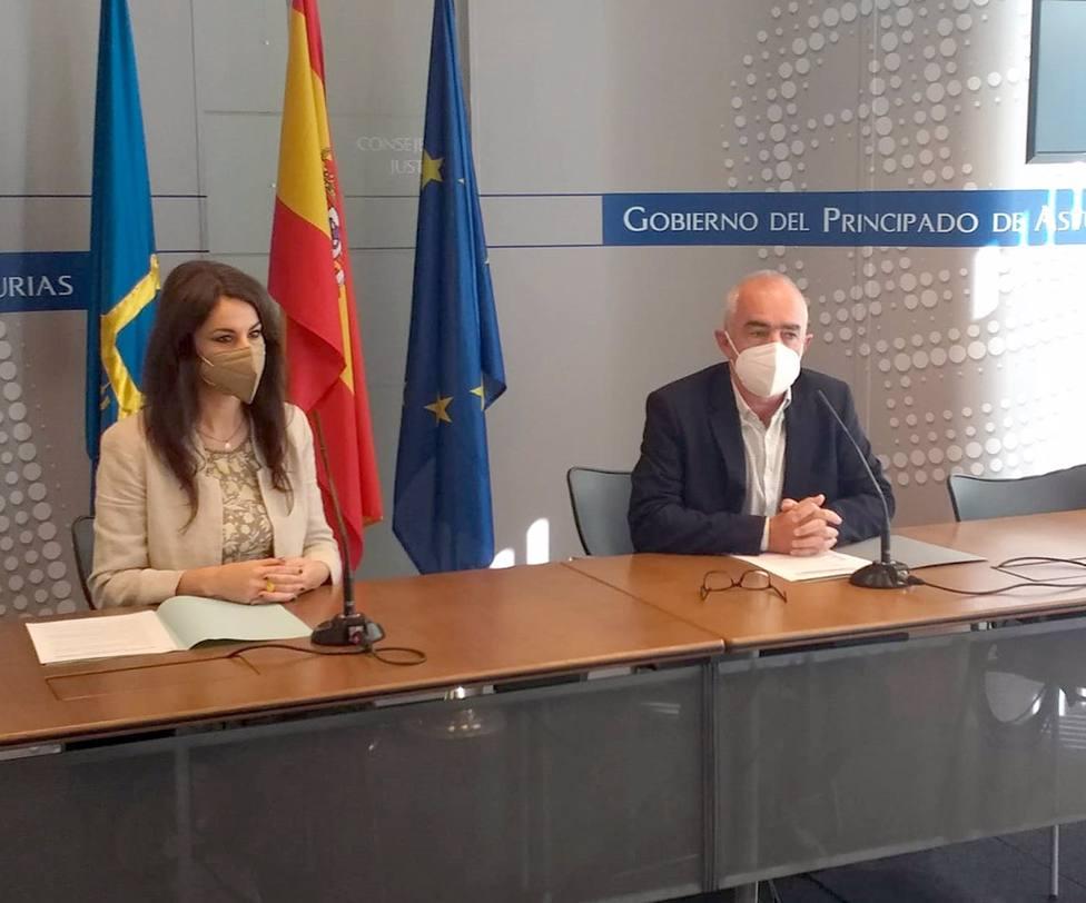 El director general de Política Lingüista, Antón García y Yolanda Castaño, presentaron la beca Asturies