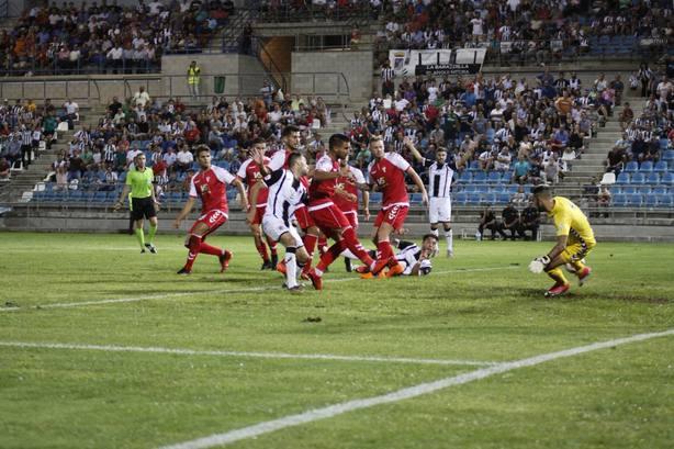 El Real Murcia sigue sin marcar y se despide ante el Ebro en la suerte de los penalties