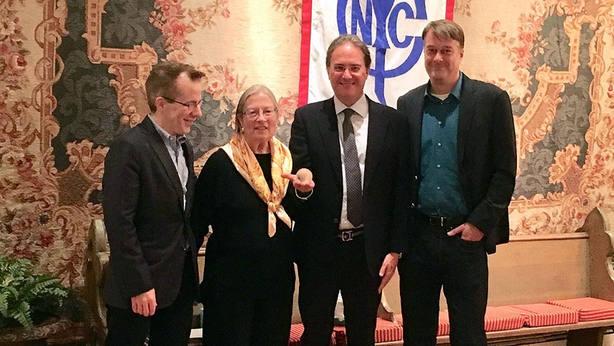José Enrique Moreno, segundo por la derecha, junto a varios miembros del Club Taurino de Nueva York